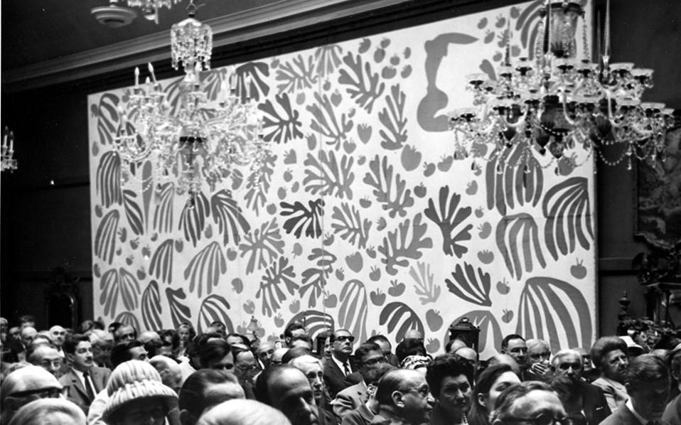 Κολάζ του ζωγράφου Ανρί Ματίς δημοπρατείται από τον οίκο δημοπρασιών Sotheby's στο Λονδίνο, το 1966. Το έργο, το οποίο ο καλλιτέχνης θεωρούσε ένα από τα σημαντικότερα του δημιουργήματα, πουλήθηκε προς 32.000 λίρες στη γκαλερί Robert Elkon της Νέας Υόρκης. (AP Photo/Brown)