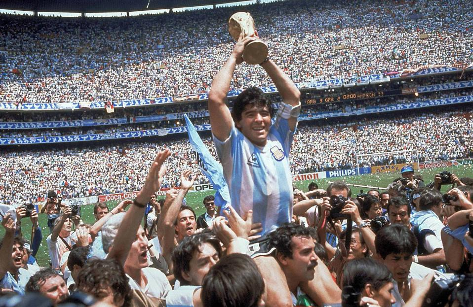 O Ντιέγκο Αρμάντο Μαραντόνα πανηγυρίζει την κατάκτηση του Παγκοσμίου Κυπέλλου από την Αργεντινή, το δεύτερο στην ιστορία της λατινοαμερικάνικης χώρας, στο Μεξικό, το 1986. Η εθνική ομάδα της χώρας κατέκτησε το κύπελλο, νικώντας τη Γερμανία με σκορ 3-2. (ΑP Photo/Carlo Fumagalli)