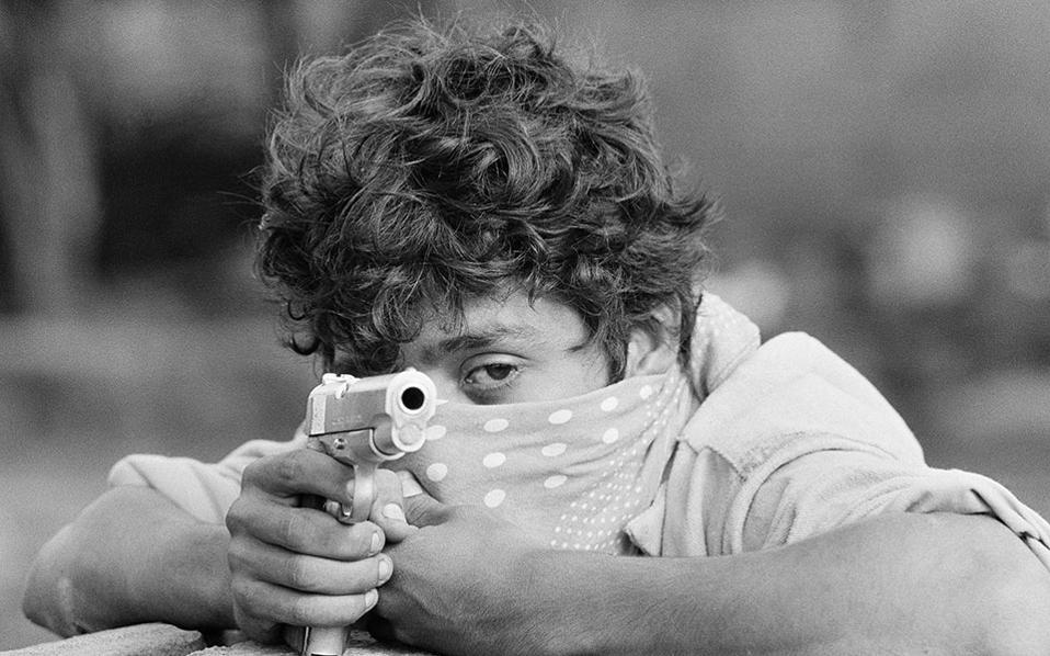 Ένας νεαρός αντάρτης των Σαντινίστας σκοπεύει με το περίστροφο του, καθώς περιμένει την επίθεση της εθνοφρουράς της Νικαράγουας στη Μανάγουα, το 1979. (AP Photo/McLendon)