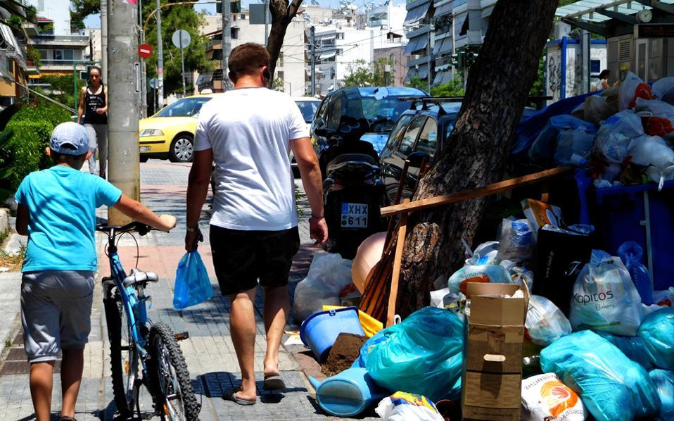 Η κατάσταση στους δρόμους της Αθήνας επιδεινώνεται με κίνδυνο για τη δημόσια υγεία, ενώ η ΠΟΕ-ΟΤΑ έχει αποφασίσει παράταση των κινητοποιήσεων για μία εβδομάδα.