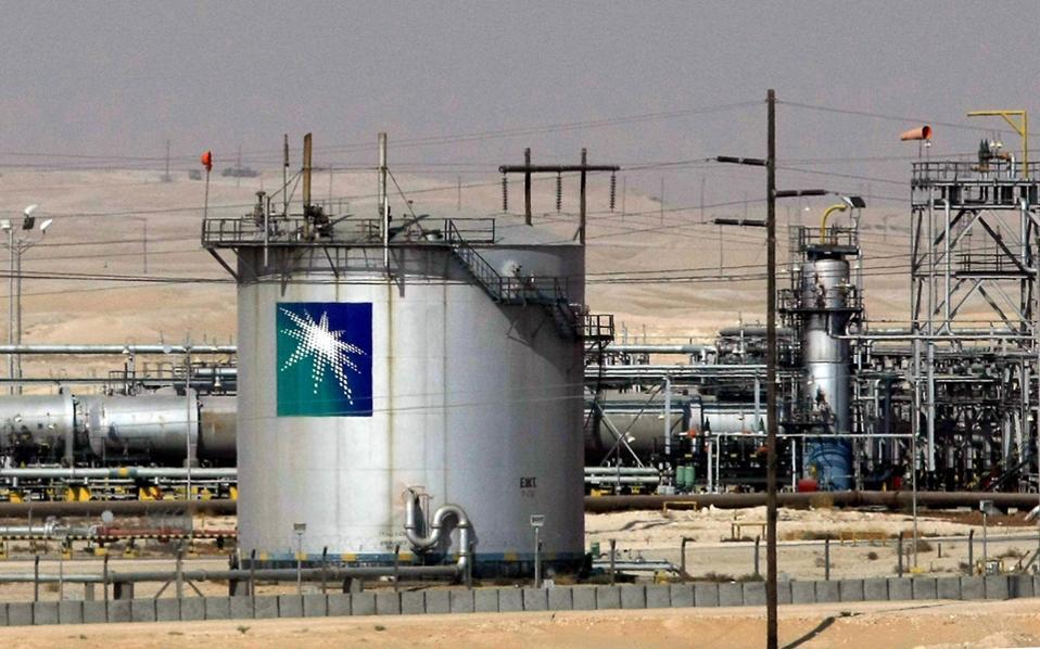 Το σαουδαραβικό κράτος αναλαμβάνει τις μεγάλες οφειλές Ιράκ, Ιορδανίας, αλλά και ιδιωτών προς την Aramco, ενώ ταυτόχρονα μειώνει τον φορολογικό συντελεστή από 85% σε 50% ώστε η εταιρεία να καταστεί ελκυστικότερη στους επενδυτές.