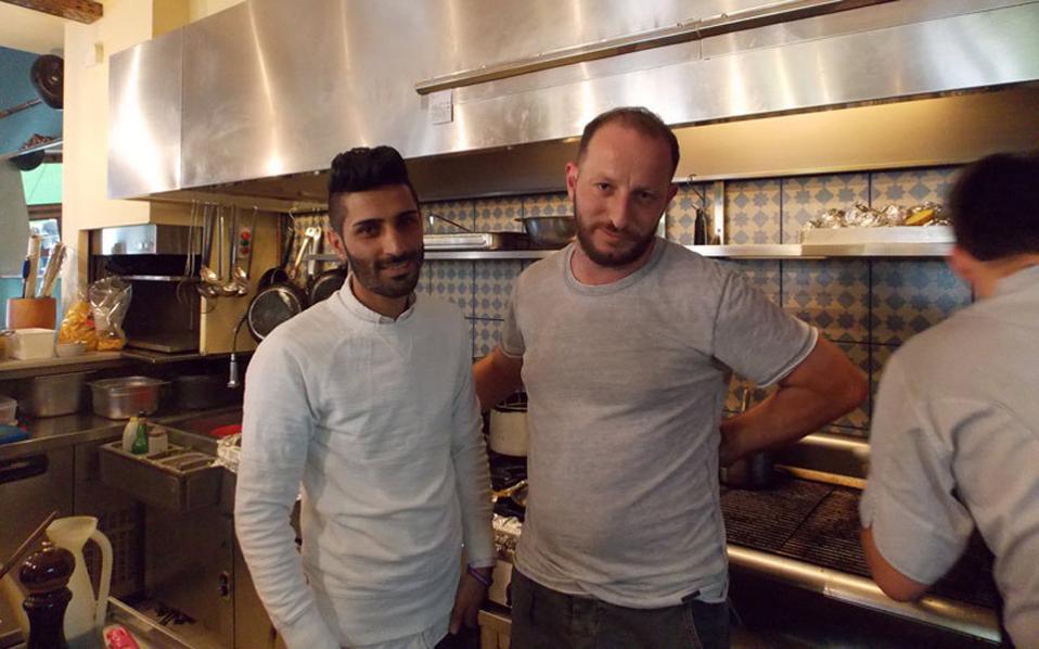 Ο Μπρασάνκ  (αριστερά), από το κουρδικό κομμάτι της Συρίας, με τον σεφ του εστιατορίου «Σεϋχέλλες».