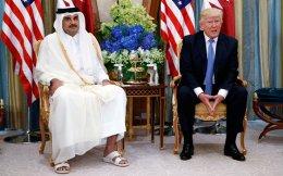 «Δεν ξέρω αν ο πρόεδρος Τραμπ (στη φωτ. με τον σεΐχη του Κατάρ Αλ Θάνι) έχει διαμορφώσει μια συνεκτική προσέγγιση στην περιοχή», λέει ο κ. Πατρίκιος Θήρος.
