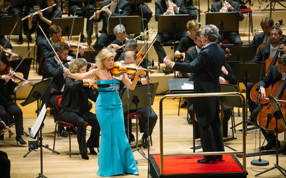 Η Αν-Σόφι Μούτερ και ηΟρχήστρα Φιλαρμόνια της Ζυρίχης, υπό τη διεύθυνση του Φάμπιο Λουίζι, ερμήνευσαν τη «Νοσταλγία» για βιολί και έγχορδα του Τόρου Τακεμίτσου (φωτ.: Killig)