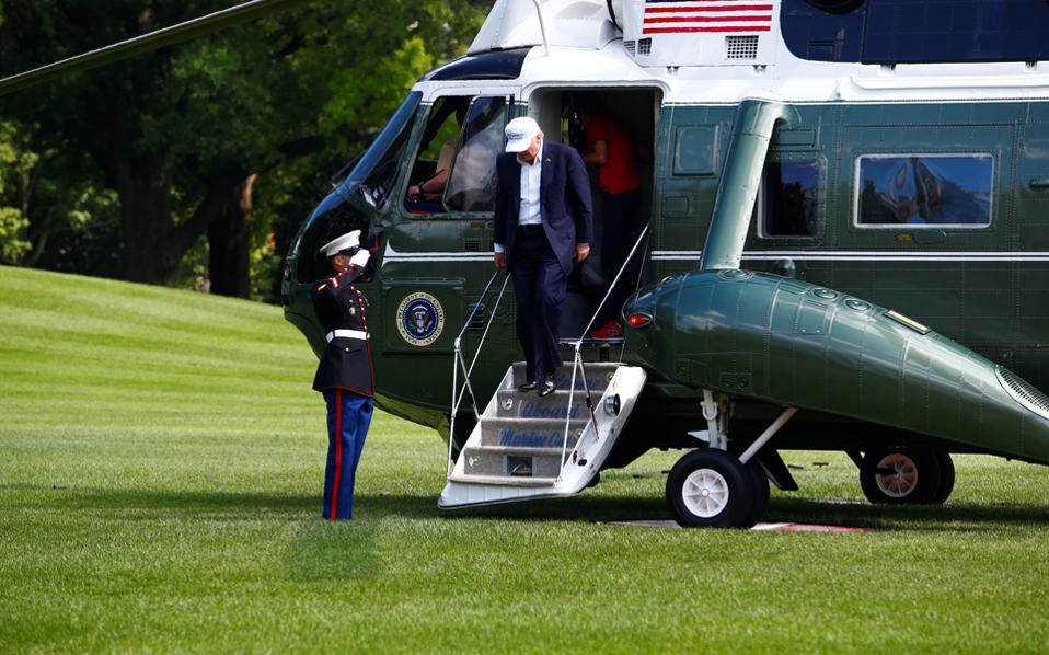 Ο πρόεδρος Ντόναλντ Τραμπ αποβιβάζεται από το ελικόπτερο στον Λευκό Οίκο, μετά το Σαββατοκύριακο στο Καμπ Ντέιβιντ.