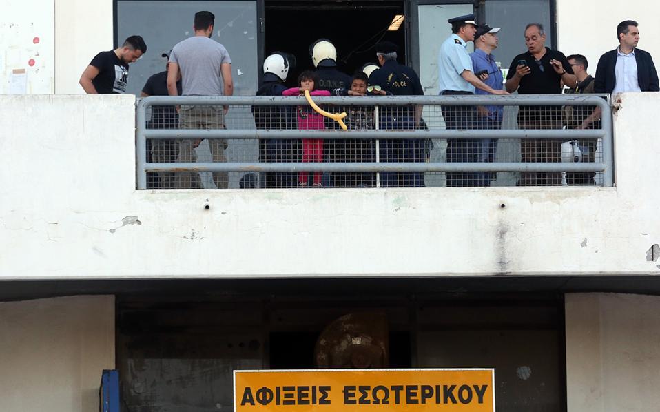 Ξημερώματα Παρασκευής ξεκίνησε η επιχείρηση μεταφοράς των αιτούντων άσυλο που βρίσκονταν στις εγκαταστάσεις του παλαιού αεροδρομίου του Ελληνικού, σε οργανωμένη δομή φιλοξενίας στη Θήβα. Εως χθες το μεσημέρι είχαν αναχωρήσει οι περισσότεροι από τους συνολικά 485 αιτούντες, κυρίως Αφγανοί με τις οικογένειές τους.
