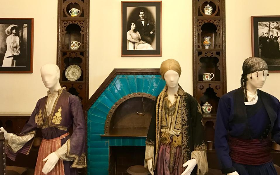 H oικία Αγγελικής Χατζημιχάλη, στην ομώνυμη οδό της Πλάκας, είναι μουσείο το οποίο λειτουργεί ο Δήμος Αθηναίων (ΟΠΑΝΔΑ). Σπίτι που σχεδίασε ο Αριστοτέλης Ζάχος στη δεκαετία του 1920, εκπροσωπεί το όραμα της μεγάλης λαογράφου και μορφολογικά συνδυάζει στοιχεία μιας βυζαντινίζουσας αρ νουβό. Αυτήν την περίοδο παρουσιάζονται έργα ναΐφ ζωγραφικής από τη συλλογή του Χρήστου και της Πόλλυς Κολλιαλή.