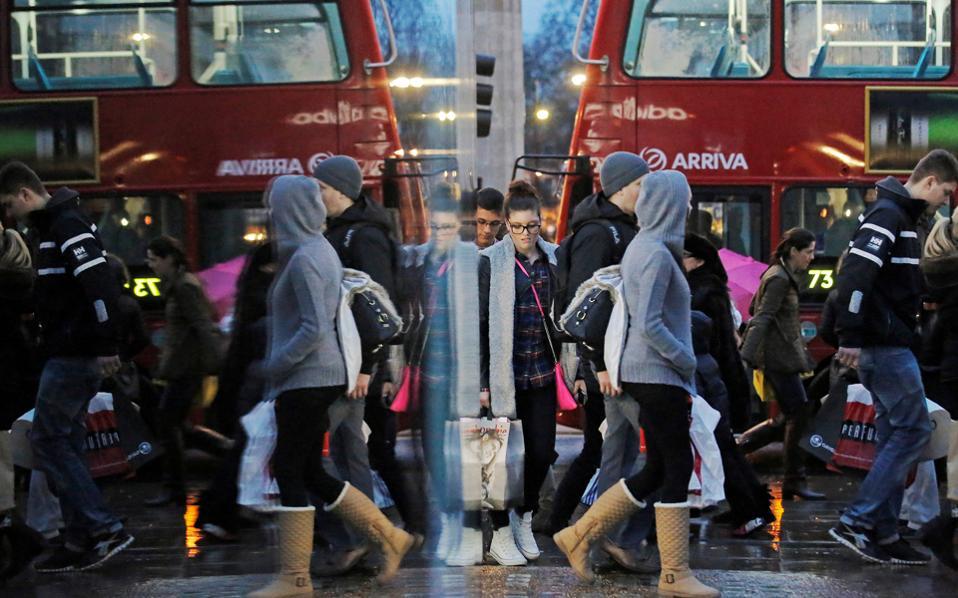 Στο σημερινό Λονδίνο, στην Oxford Street ή στο Soho, σε μαγαζιά, εστιατόρια ή καφέ, είναι πολύ εύκολο να συναντήσει κανείς Ελληνες που ζουν και εργάζονται εκεί.