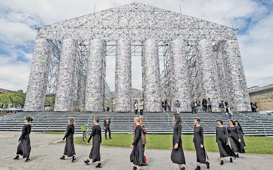 Το οικουμενικό σύμβολο του Ελληνισμού «μεταφέρθηκε» στο Κάσελ της Γερμανίας με το έργο «Ο Παρθενώνας των Βιβλίων» της Μάρτα Μινουχίν, για τη διεθνή έκθεση documenta 14, που ξεκινάει επισήμως σήμερα. Η καλλιτέχνις από την Αργεντινή συγκέντρωσε έπειτα από δημόσια πρόσκληση 100.000 απαγορευμένα και λογοκριμένα βιβλία για να συμβολίσει τη σημασία της ελεύθερης διακίνησης των ιδεών μέσα από το σύμβολο της Δημοκρατίας. Οι εκθέσεις της documenta στην Αθήνα συνεχίζονται μέχρι τις 16 Ιουλίου.