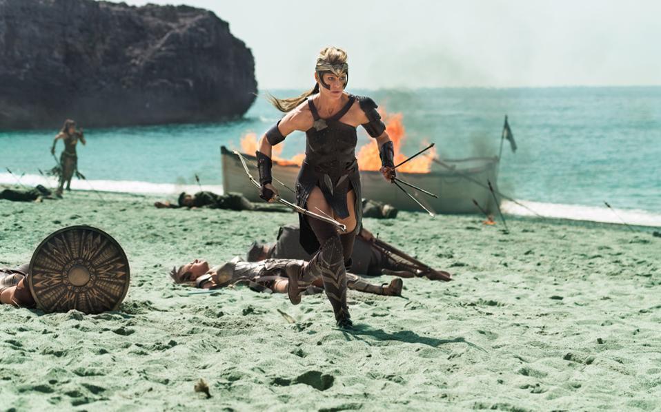 Η Ρόμπιν Ράιτ ως Αντιόπη, στρατηγός των Αμαζόνων και θεία της Νταϊάνα, η οποία και αναλαμβάνει να τη μετατρέψει σε εξαιρετική πολεμίστρια και, τελικά, στη Wonder woman.