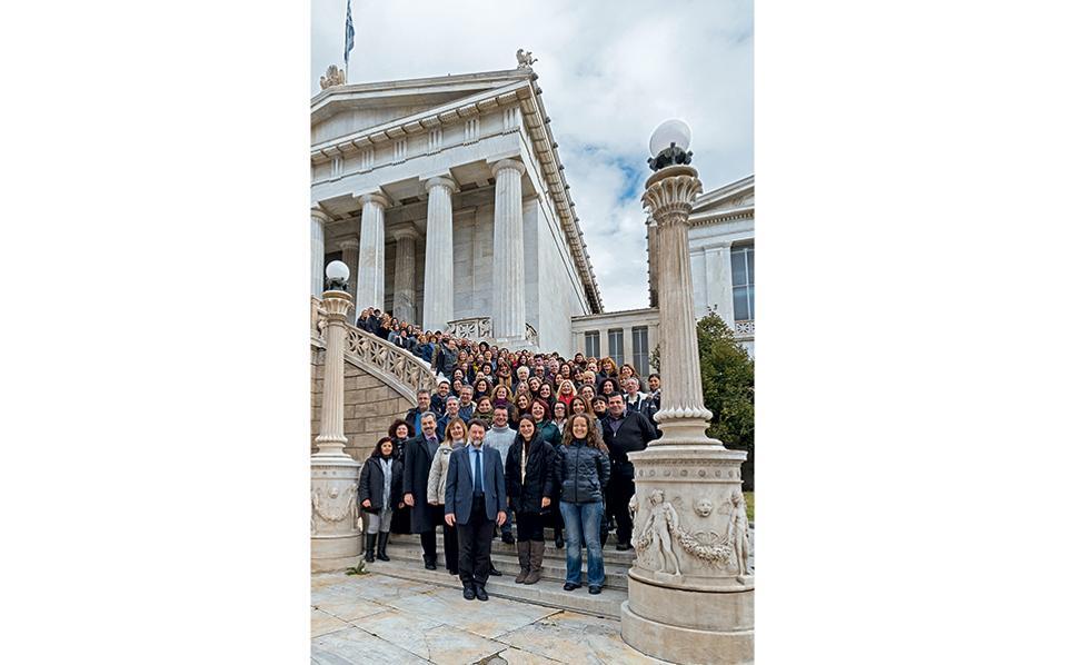 Αναμνηστική φωτογραφία με τους εργαζομένους της ΕΒΕ, με φόντο την ιστορική έδρα του οργανισμού.