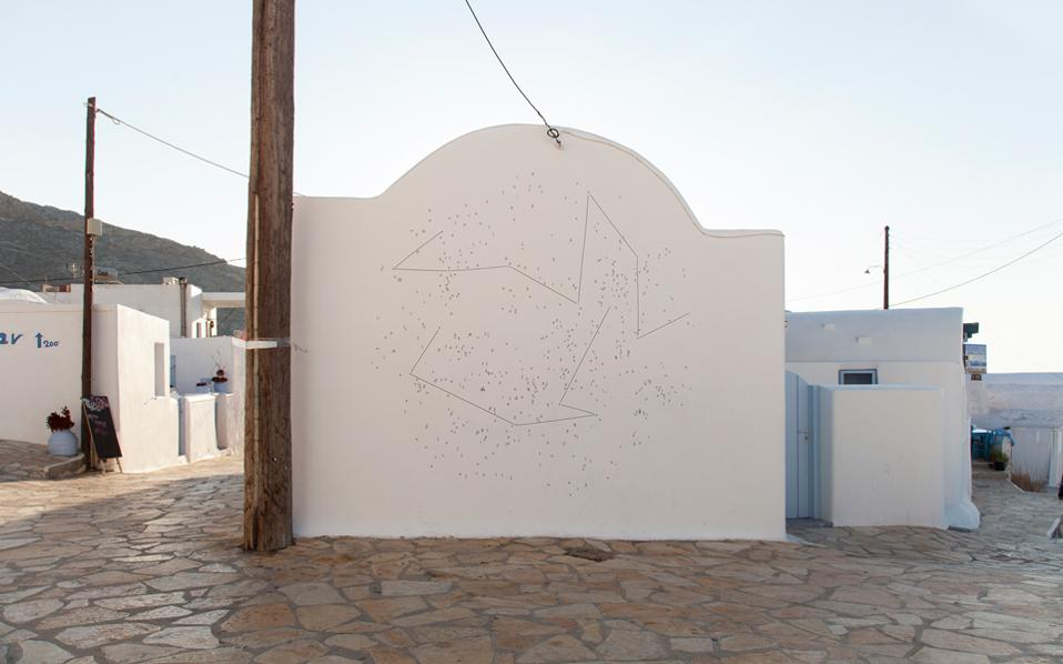 Το γεγονός ότι το «Phenomenon» πραγματοποιείται στην Ελλάδα και συγκεκριμένα στο νησί της Ανάφης παίζει καίριο ρόλο στο πώς διαμορφώνεται η ανταλλαγή απόψεων και πώς γεννιούνται νέες αναπάντεχες συνδέσεις.