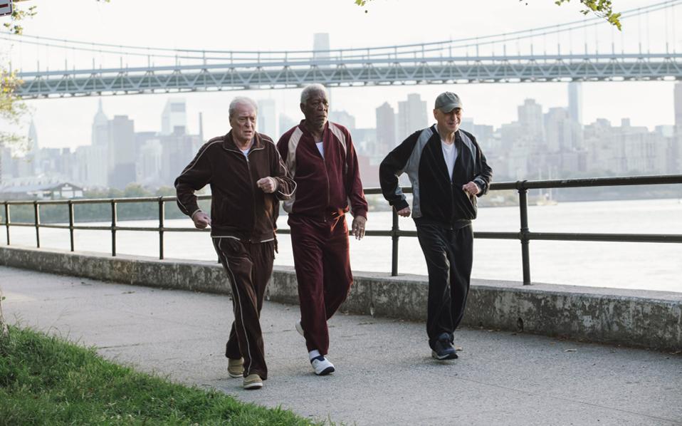 Οι τρεις αειθαλείς... γέροντες έρχονται σε φόρμα, προκειμένου να ληστέψουν την τράπεζα που τους στερεί τις συντάξεις τους.
