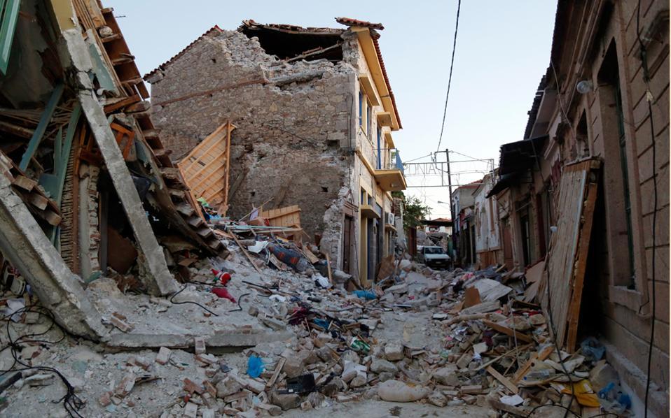 Από τον σεισμό στη Λέσβο κατέρρευσε ένα σχολείο στο χωριό Βρίσα και αντί να εξηγήσει κάποιος γιατί δεν γίνονται οι περιβόητοι προσεισμικοί έλεγχοι για τους οποίους προσλήφθηκαν επιπλέον υπάλληλοι, δόθηκε εντολή στις ΚΤΥΠ να στείλουν κλιμάκιο κατόπιν εορτής για να καταγράψει τις ζημιές!