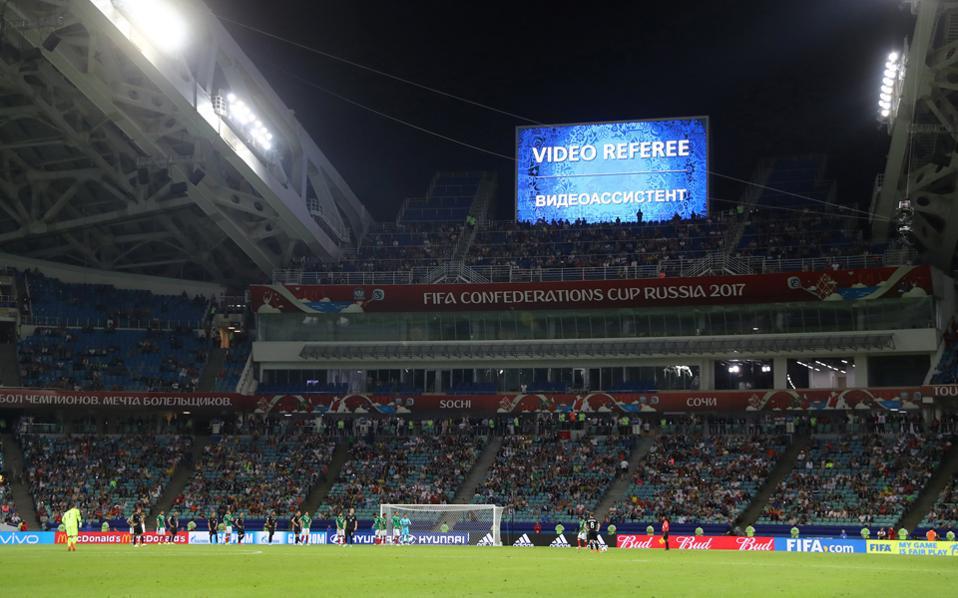 Στο τρέχον Κύπελλο Συνομοσπονδιών, η χρήση των τριών βιντεοδιαιτητών έχει προκαλέσει καθυστερήσεις και αποδοκιμασίες από τους φιλάθλους.
