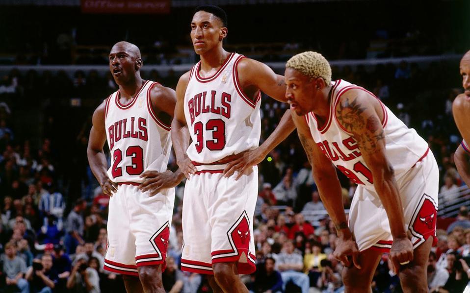 H πιο «αστραφτερή» τριάδα παικτών στο ΝΒΑ ανήκει στους Σικάγο Μπουλς, οι οποίοι στη δεκατία του '90, κατέκτησαν έξι φορές την κορυφή του ΝΒΑ. Από αριστερά: Τζόρνταν, Πίπεν, Ρόντμαν.