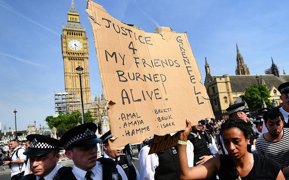 Στιγμιότυπο από σημερινή συγκέντρωση διαμαρτυρίας στο κέντρο του Λονδίνου. Διαδηλωτές απαιτούν από την κυβέρνηση να δώσει απαντήσεις για την πυρκαγιά στον Πύργο του Γκρένφελ.