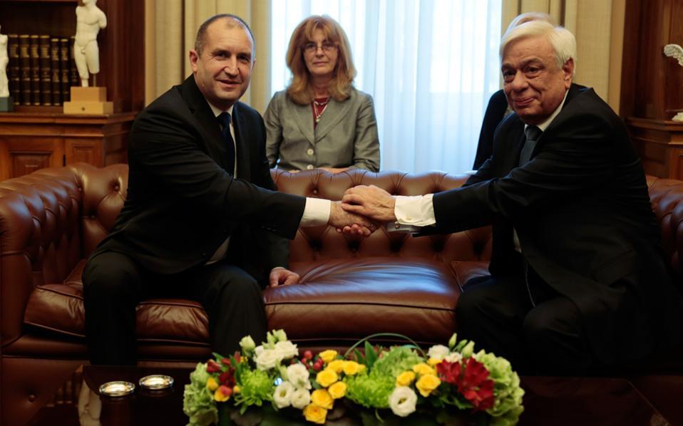Ο Πρόεδρος της Δημοκρατίας Πρ. Παυλόπουλος υποδέχθηκε τον Βούλγαρο ομόλογό του Ρούμεν Ράντεφ, στο Προεδρικό Μέγαρο, και συζήτησαν την ευρωπαϊκή προοπτική των χωρών των Βαλκανίων.