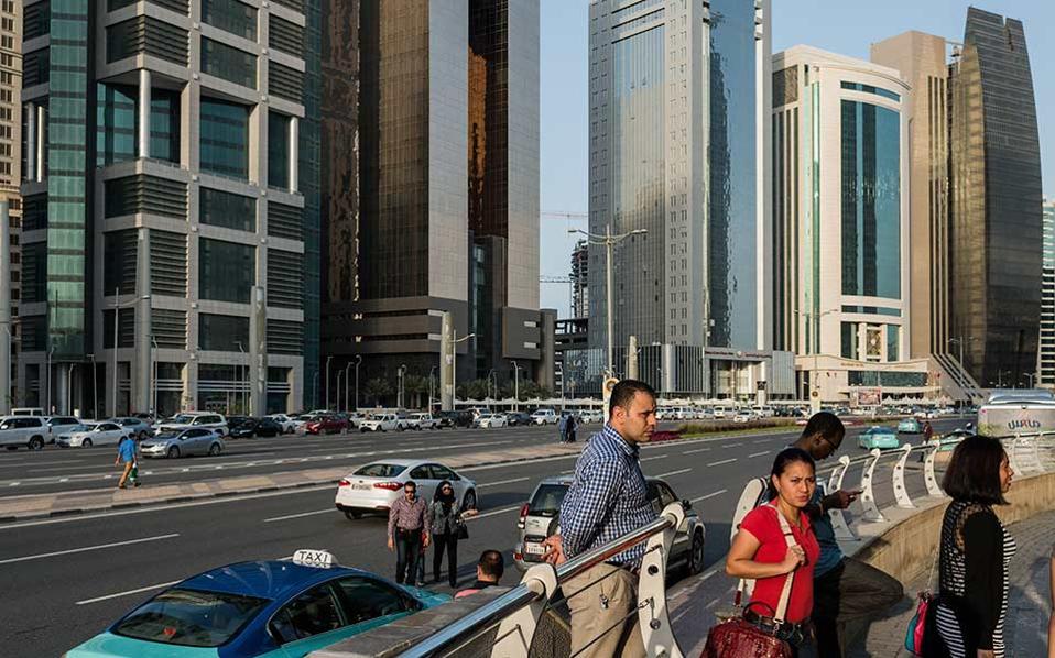 Επισκέπτες μπαίνουν στο City Center, ένα από τα πρώτα και μεγαλύτερα malls που άνοιξαν στην Ντόχα.