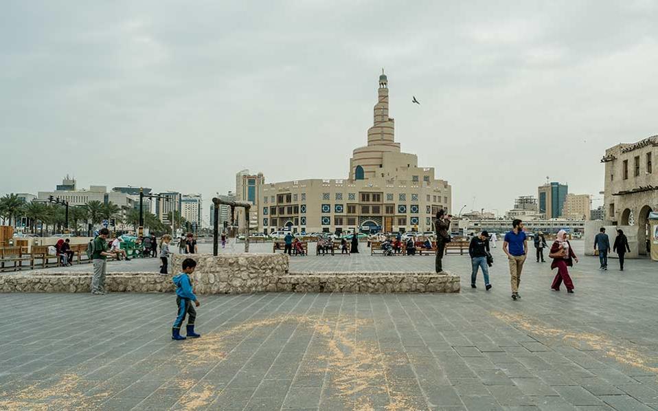 Πλατεία σε κεντρικό σημείο της Ντόχα, με το σπειροειδές τζαμί Φανάρ, που στεγάζει το Ισλαμικό Πολιτιστικό Κέντρο του Κατάρ, να διακρίνεται στο βάθος. Φωτογραφίες: Ορέστης Σεφέρογλου
