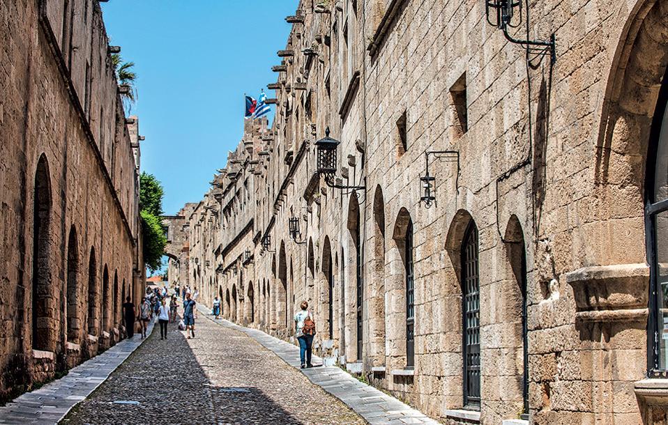 Η Οδός των Ιπποτών με τα κτίρια που εξυπηρετούσαν τις ανάγκες του τάγματος. (Φωτογραφία: ΚΛΑΙΡΗ ΜΟΥΣΤΑΦΕΛΛΟΥ)