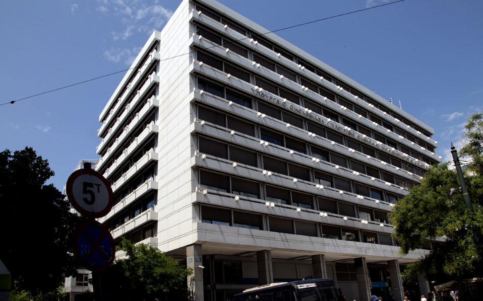 Ενας από τους λόγους που η ηγεσία του υπουργείου Οικονομικών «βιάζεται» να προχωρήσει στην πρώτη κλήρωση είναι η κόπωση που παρατηρείται στις εισπράξεις των έμμεσων φόρων, κυρίως του ΦΠΑ.