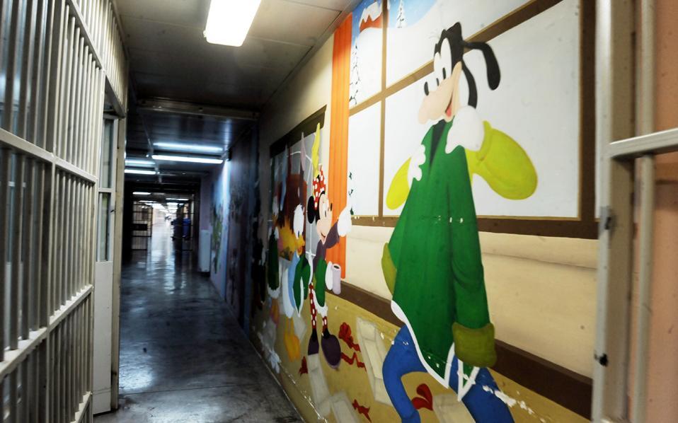 Οι πολύχρωμοι τοίχοι «αντιστέκονται» στα γκρίζα κάγκελα του εγκλεισμού. Οι δημιουργικές δραστηριότητες δίνουν μια δεύτερη ευκαιρία στις κρατούμενες εντός των γυναικείων φυλακών Ελεώνα Θηβών.