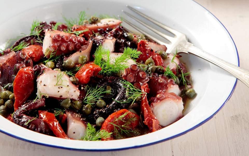 65100112_9218_topiki-kouzina_htapodi-me-liastes-tomates-kai-kapari