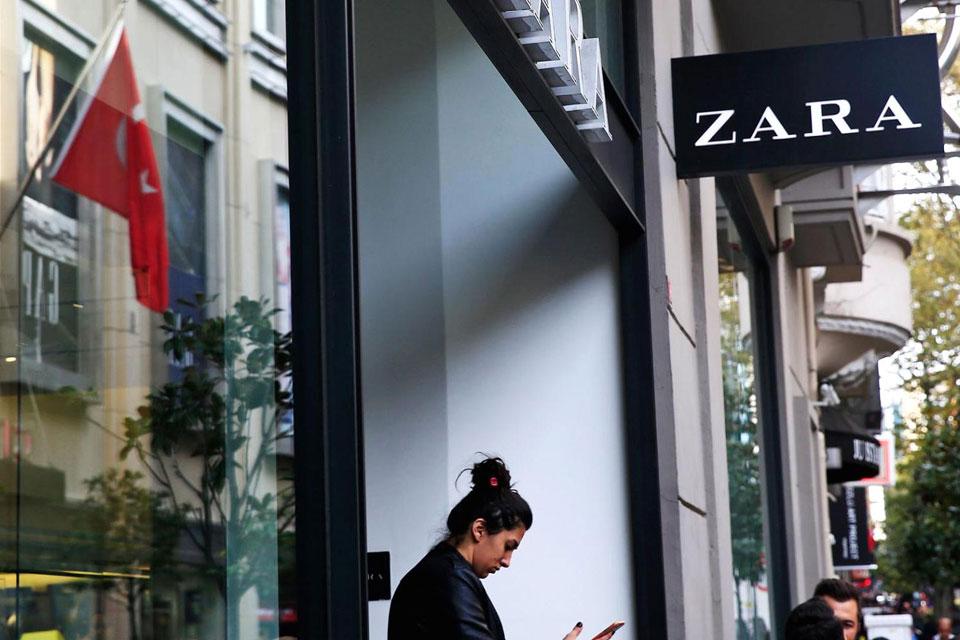 7cc6afe1a34 Μυστήριο με κρυμμένα μυστικά μηνύματα που βρέθηκαν σε ρούχα Zara ...