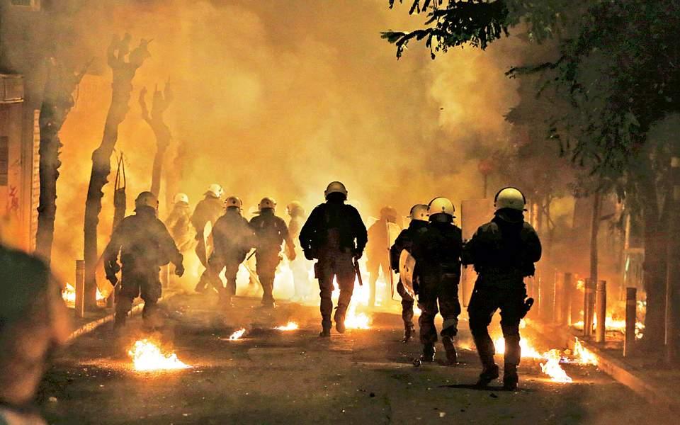 Μολότοφ και πετροπόλεμος στις διαδηλώσεις για τα εννέα χρόνια από τη δολοφονία Γρηγορόπουλου, του Γιάννη Σουλιώτη