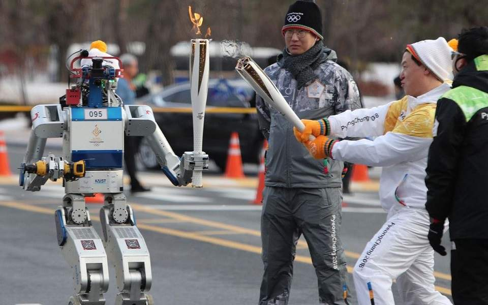 robot-olympic-torch