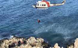 son-dakika-gocmenler-kayaliklarda-mahsur-kaldi-kurtarma-operasyonu-baslatildi-10425554