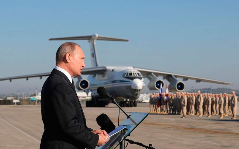00dd88c92fea O Βλαντιμίρ Πούτιν στην αεροπορική βάση της Ρωσίας