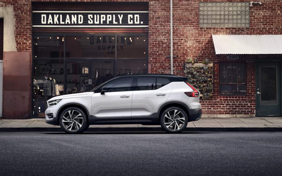 the-new-volvo-xc40-r-design---crystal-white-w-contrasting-black-roof_17