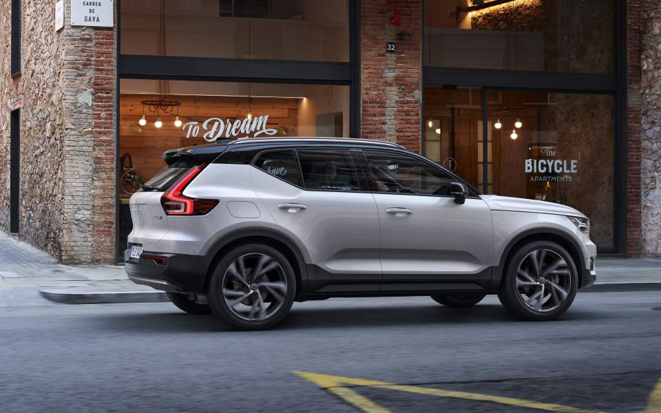 the-new-volvo-xc40-r-design---crystal-white-w-contrasting-black-roof_23