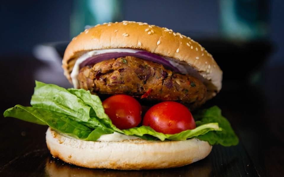 Το απόλυτο veggie burger από φασόλια και μανιτάρια, με μαγιονέζα δίχως αυγό