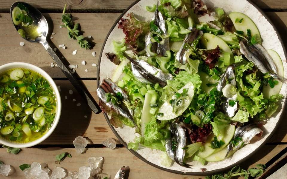 Γαύρος φρεσκομαρινάτος, με σάλτσα μαϊντανού-ρίγανης (κι ένα μυστικό για σπιτικές αντζούγιες)