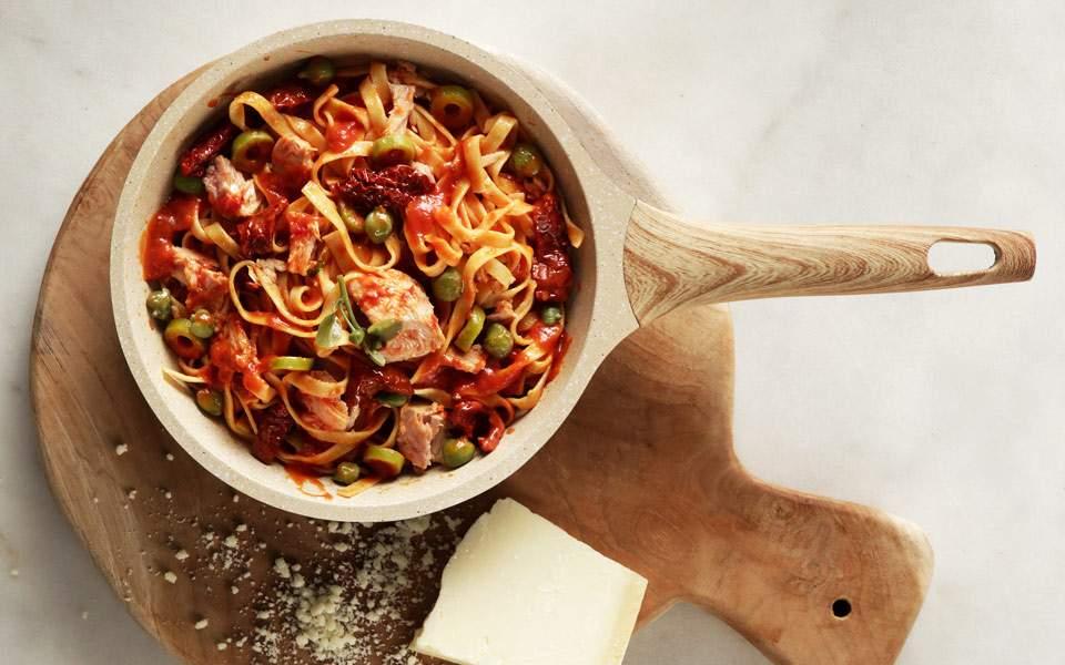 Ταλιατέλες με τόνο, ελιές και λιαστή ντομάτα