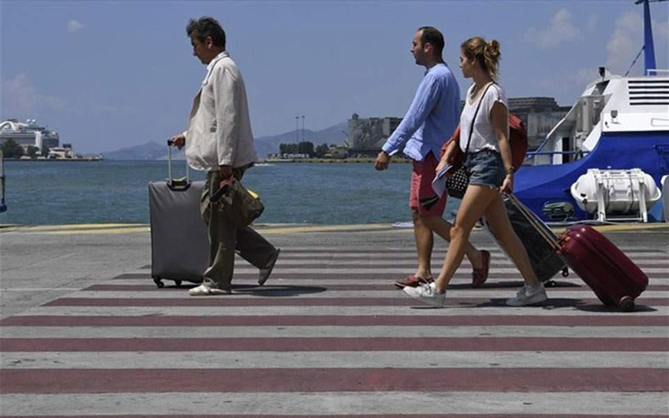 touristes-tourismos-limani-peiraias
