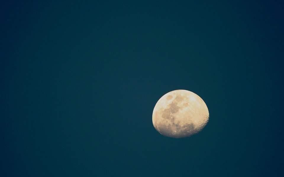 moon-316471_960_720