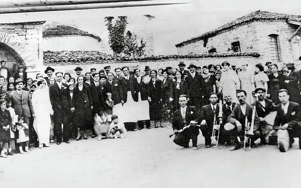 Ο κατοπινός αδίστακτος ταγματασφαλίτης Αντώνης Δάγκουλας διακρίνεται στα  αριστερά στον γάμο του 3e645716fb9
