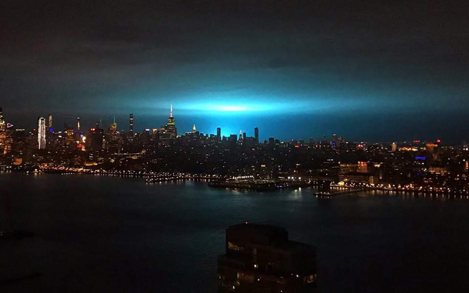 cabe0fc334 Εκτυφλωτικό μπλε φως τα ξημερώματα πάνω από τη Νέα Υόρκη ...