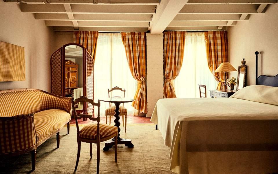 hotel-peter--paul-schoolhouse-guest-room-yellow-floor_christian-harder