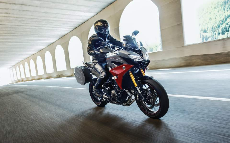 2019-yamaha-mt09trgt-eu-nimbus_grey-action-001-03