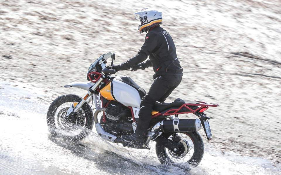 14-moto-guzzi-v85tt-action