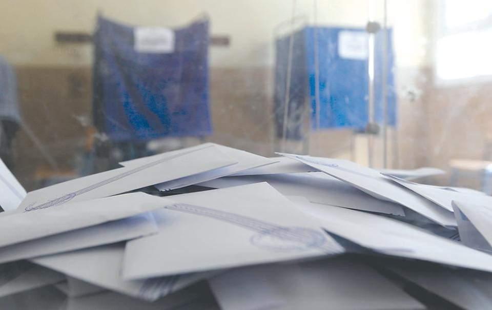 Εξάρχεια: Κουκουλοφόροι έκλεψαν κάλπες από εκλογικά τμήματα