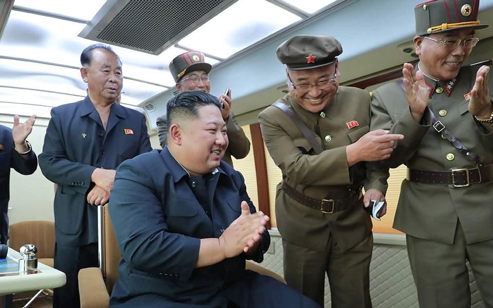Βόρεια Κορέα: Ο Κιμ Γιονγκ Ουν επέβλεψε τη δοκιμή νέου όπλου