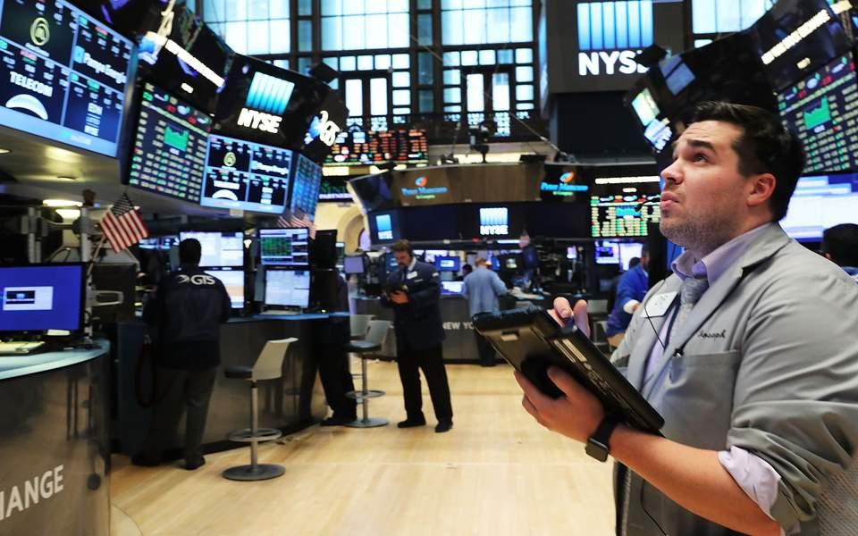 Στο κόκκινο οι αγορές υπό τον φόβο της ύφεσης
