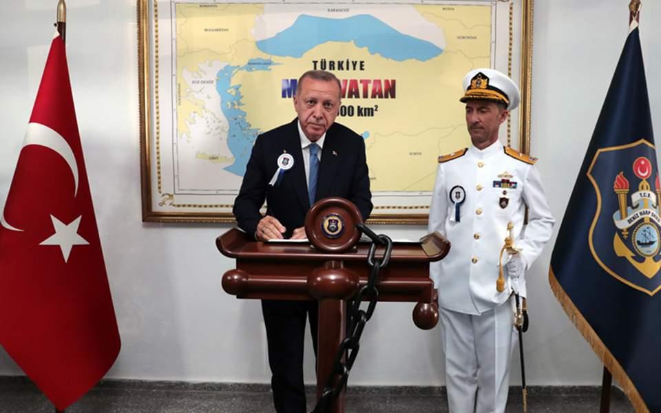 Ο Ερντογάν φωτογραφήθηκε μπροστά σε χάρτη που δείχνει τουρκικό το ...
