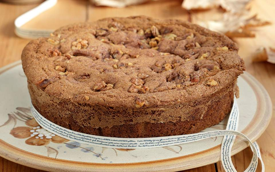 zoumero-cake-me-kanela-ke-karidia